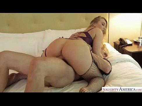 Linda brasileira fudendo sua buceta inchada