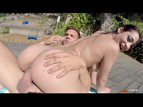 Morena safada transando na beira da piscina com macho dotado