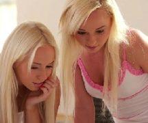 Mulheres gostosas loirinhas na diversão lésbica