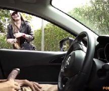 Homem batendo punheta no carro e gostosa louca olhando