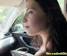 Gozando muito na jovem que esta dentro do carro