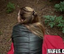 Novinha dando de quatro no meio do mato