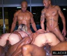 Loiras peitudas em sexo com vários negros dotados