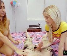 Video porno amadores com duas novinhas na foda com o cara
