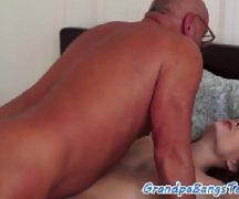 Novinha safada transando com o seu avô