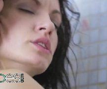 Gozando dentro da buceta da namorada que esta no banho