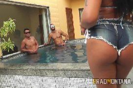 Comendo brasileira que vai dando para três machos