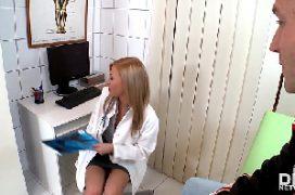 Boquetes amadores desta mulher loira que chupa a rolado paciente