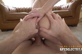 Sex com a gostosa na sala de casa