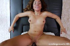 Mulher fodendo em um sexo aonde toma rola preta grande
