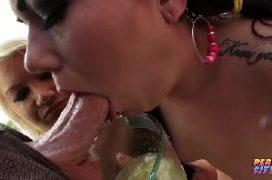 Leitinho na boca das duas mulheres que chupa a rola