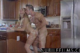 Nxnxx gata na cozinha de casa fodendo