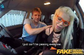 Sambaporrno loira safada dentro do carro fodendo com o macho