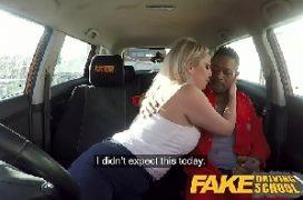 X vídeo porno loira puta transa com o negro no carro