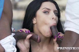 Negros bem dotados com a rola dura comendo a mulher
