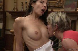 Lambida na buceta das duas mulheres na cama se pegando
