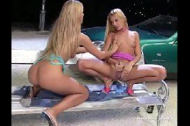 Massagem lesbicas das loiras em pegada quente