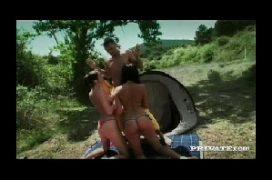 Mulheres morenas ao ar livre dando em suruba