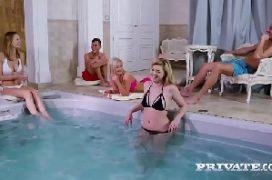 Peladonas gatas em orgia na piscina