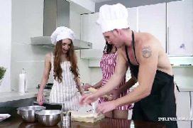Sexo com duas mulheres e um homem na cozinha com as safadas sendo arrombadas