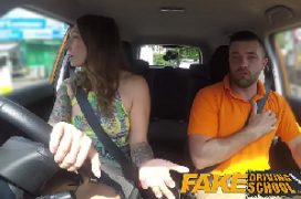 Buceta enchada da mulher no carro que fode ate gozar