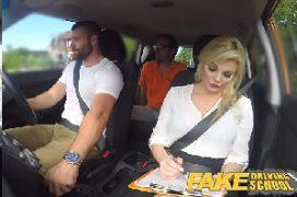 Buceta escorrendo dentro do carro em um sexo todo bom