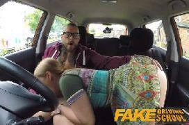Buceta teen da loira super gata arrombada no carro