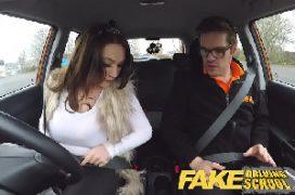 Comendo a mulher coroa gostosa dentro do carro