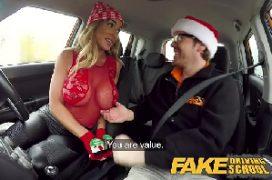 Fhotoacomp loira de silicone em sexo no natal dentro do carro