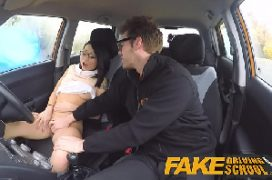 Fudendo a magrinha japa em uma transa no carro