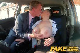 Gemendo de prazer em sexo com o chefe no carro
