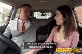 Gostosa quicando na pica do empresário dentro do carro