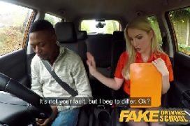 Homem bem dotado comendo a loira nua no carro