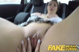 Lesbicas maduras dentro do carro se chupando gostoso