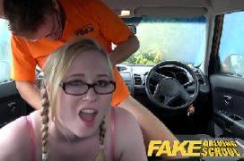 Loira dando aula de sexo dentro do carro
