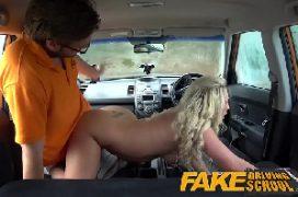 Mulher trazando no carro com o motorista