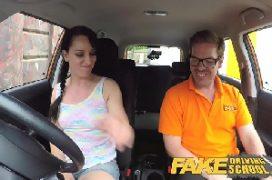 Mulhergostosa no carro com o rapaz a fodendo