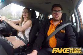 Pegando no pau do amigo no carro em uma transa boa