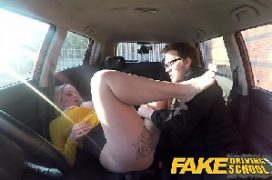 Porno europeu com loira gatinha dando no carro