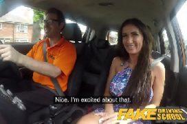 Porno pub mulher no carro em orgasmo gostoso