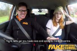 Ruiva novinha com o camarada a fodendo bastante em um trepada no carro