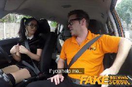 Sambaporm nerd gata metendo dentro do carro
