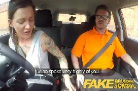 Sambapornp gostosa no carro dando bem gostoso