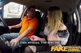 Sexihot loira no carro com o macho a fodendo