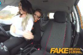 Sexo chupando peitos da gostosa no carro durante o sexo